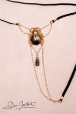 String Scarabée Sacré - or : Un string bijou talisman où niche un scarabée d'Or, délicatement posé sur votre pubis.