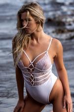 Body string blanc dentelle : Body string sensuel au bustier de dentelle transparente et décolleté sexy lacé.